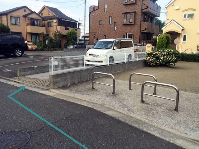 【道順5】駐車場の写真です。後方の車に接触しないよう、十分注意して駐車してください。