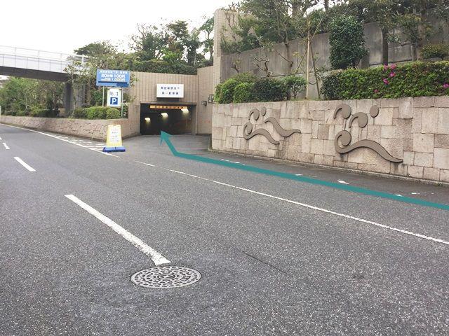 【道順3】少し直進すると「右側」に駐車場の出入口があります。
