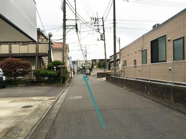 【道順4】直進してください。途中に同じ形の駐車場が見えてきますが、他駐車場ですのでお間違いのないようお気をつけください。