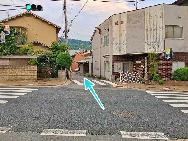 駐車場への道路入り口(西側から)