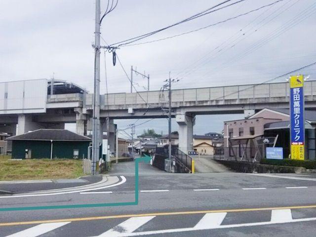 【道順1】県道93号線「新大牟田駅東交差点」から「吉野小東交差点」へ「北西」に進み、1つ目の角にあるクリニックを目印に「左折」、直進していただくと高架下「右側」に駐車場出入口があります。