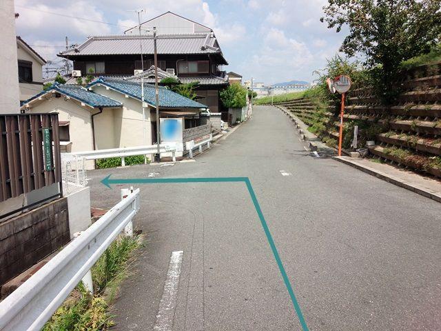 【道順1】府道16号線「高西交差点」から府道132号線「高槻津之江郵便局」方面へ「西」に進み、「芥川」の橋を渡って1つ目の角を「右折」して直進、1つ目の角を「左折」してください。