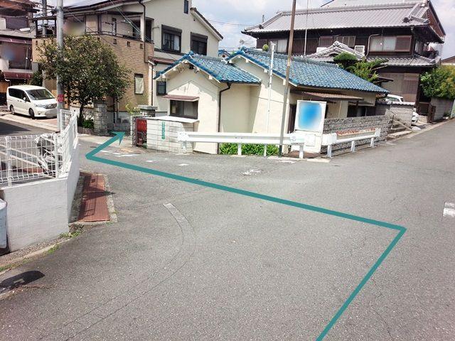 【道順2】こちらを左折してすぐ「右側」に駐車場出入口があります。