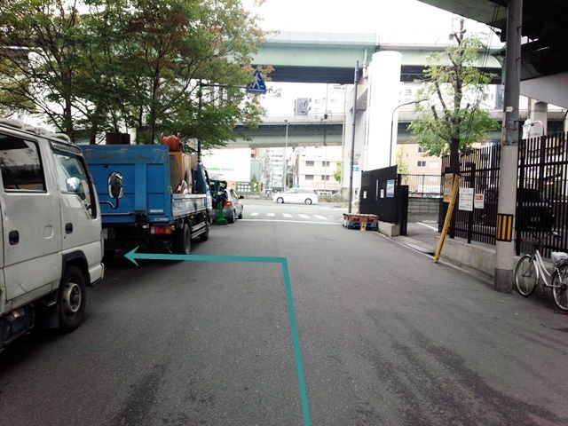 【道順5】左側にご利用駐車場があります。予約した駐車場名と看板名に間違いないか確認し、出入口より進入、予約したスペースに駐車してください。