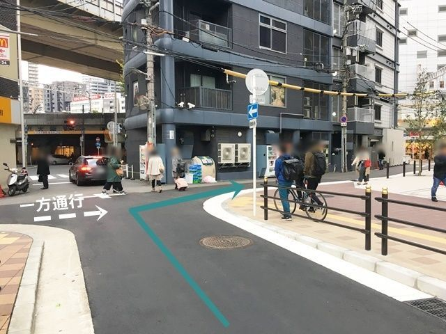 【道順4】「UNIQLO OSAKA」を過ぎてから1つ目の十字路を「右折」してください。