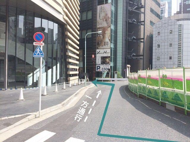 【道順1】晴海通り(都道304号線)を「銀座四丁目交差点」から歌舞伎座方面へ向かって「南東」へと進み、2つ目の道を「左折」後、すぐ「右折」して進み、次の道へ「左折」してください。