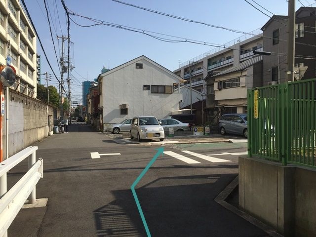 10.1つ目のT字路を「右折」するとすぐ「左側」に駐車場があります。