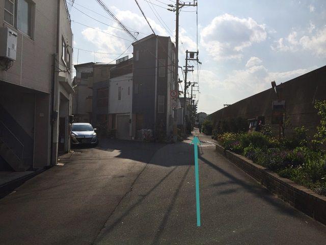 4.下って直ぐ「右側」の道へお進みください。