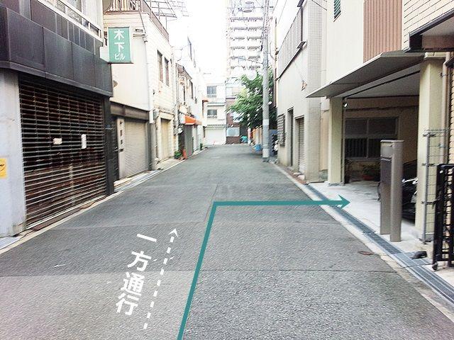 【道順3】直進していただくと「右側」に駐車場があります。ご予約時のスペースに駐車してください。