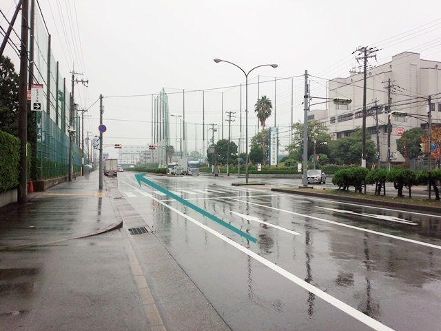 【道順1】「鳴尾浜交差点」を「北東」に進み、「兵庫県立総合体育館」を右手に、突き当たりの信号を「右折」して直進してください。