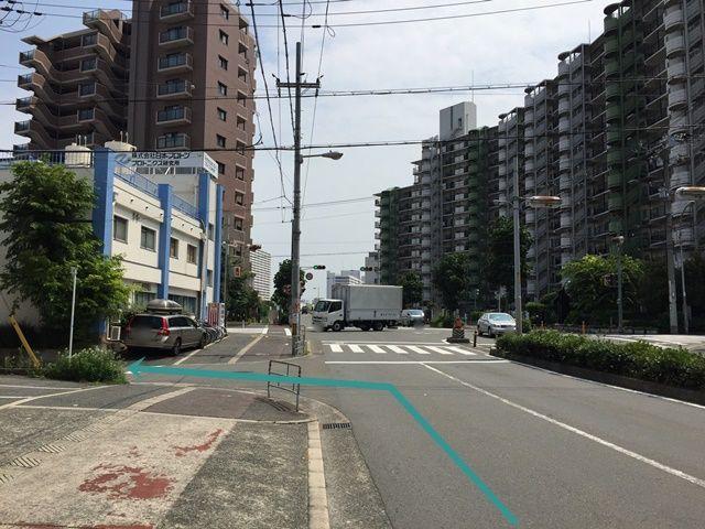 【道順2】1つ目の交差点1本手前の道を「左折」してください。