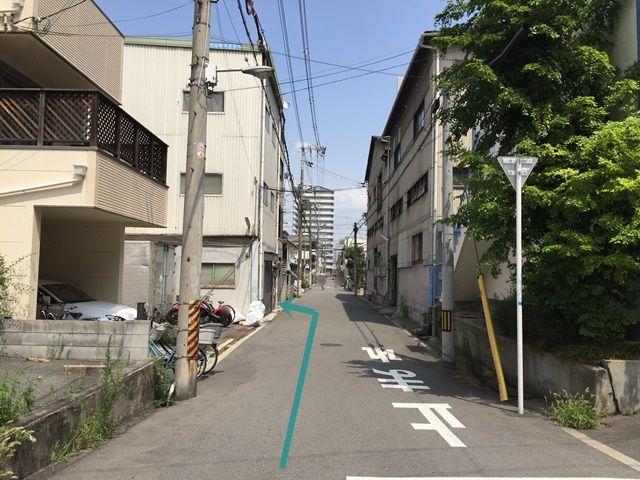 【道順3】左折後、少し進むと「左手」に「株式会社日栄洋傘工業所様」「Syuko様」の看板がある入口が見えてきますので、そちらから駐車場へお入り下さい。