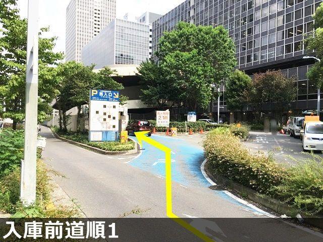 入庫前道順1. 「桜橋交差点」から「大阪駅前西交差点」方面へ「北」に進み、1つ目の信号を「右折」していただくと駐車場入口があります。