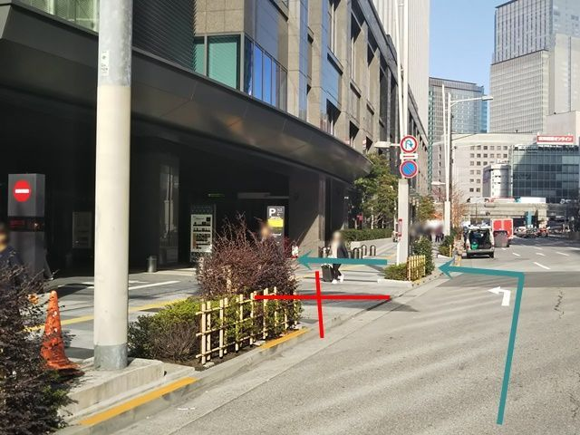 入庫1.駐車場入口の写真です、矢印に沿ってお進みください