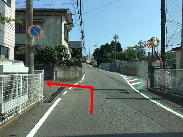 【道順3】こちらの角を曲がってください。