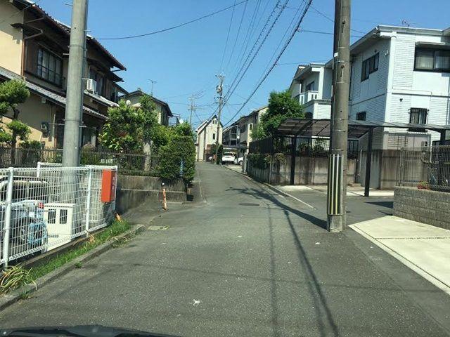 【道順4】100mほど進んだら、右手側に当駐車場が見えてきます。