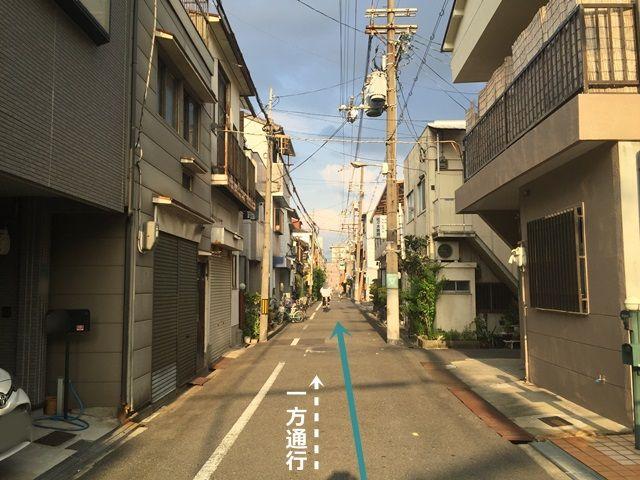 【道順2】一方通行の道になりますので、歩行者等にお気をつけてお進みください。