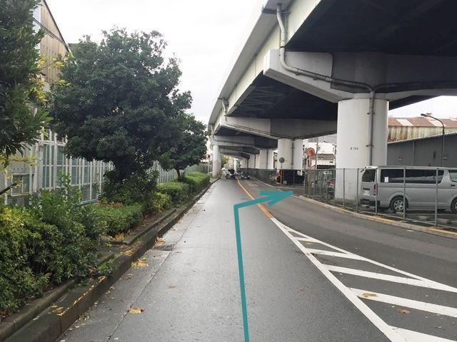 【道順2】少し直進すると、右手に駐車場が見えてきます。