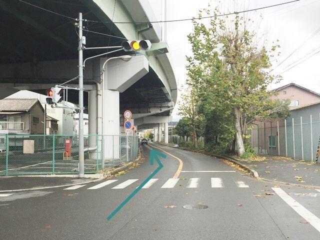 【別順路1】反対車線からの入庫写真です。信号から矢印の方向へお進み下さい。