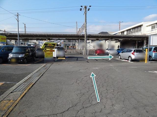 コインパーキングと駐車場を通り抜けると、バイク専用駐車場があります