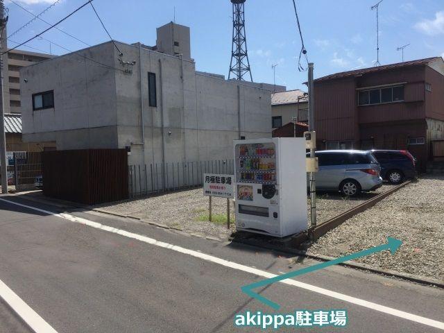 自動販売機手前の駐車場です