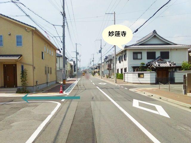 妙蓮寺対面側にある黄色い家前の路地に入っていきます。