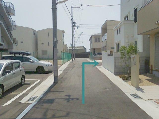 一つ目の角を右に曲がります。
