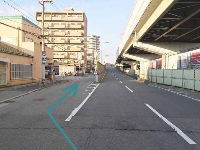 【道順1】「加島」の交差点から、豊中方面へ向かう道を直進し側道へ進んでください。
