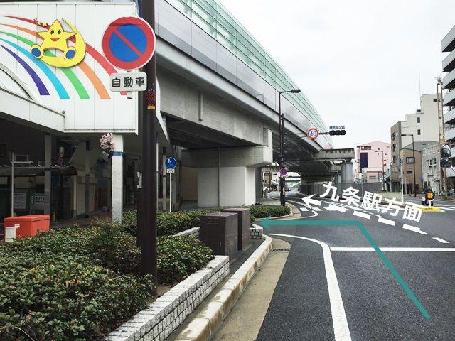 1. 「源兵衛渡交差点」を「九条駅」方面へ直進していただき、1つ目の角を「左折」してください。