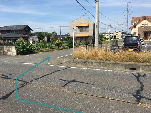 【道順6】2つ目のT字路を「右折」していただくとすぐ「右側」に駐車場があります。