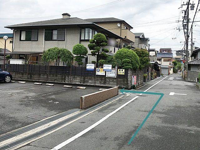 【道順1】「恵愛幼稚園」を「東」へ110m程お進みいただき、ロイヤルコート香里園の駐車場を超えてすぐ「左側」にご利用駐車場の入り口があります。
