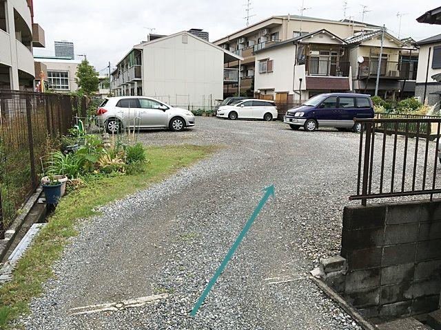 【道順5】駐車場の写真です。ご予約時のメールに記載しているスペース番号をしっかりとご確認のうえ駐車して下さい。
