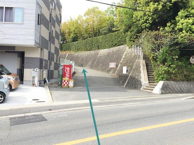 【駐車場までの経路1】入口から坂をあがって進んでください。