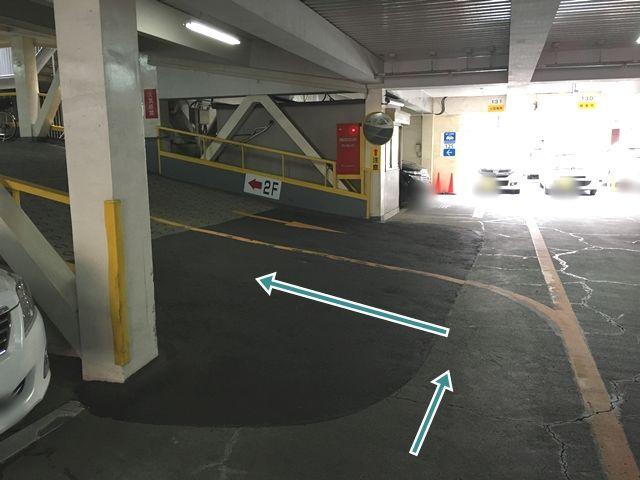1階から2階へお上がりください。対向車にご注意ください