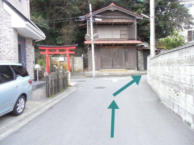 【道順1】「新宿稲荷神社」の鳥居を右折してください。