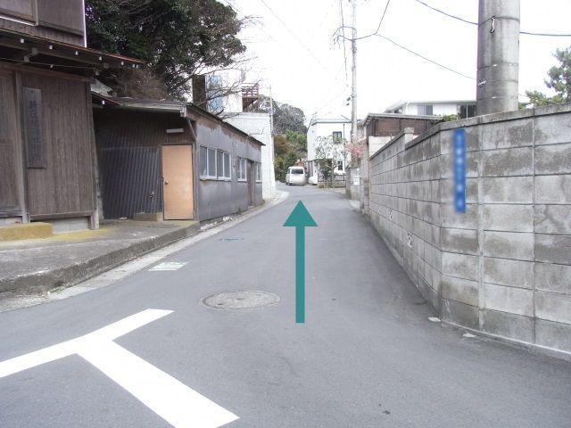 【道順2】鳥居を右折したら直進し、道なりに進んでください。