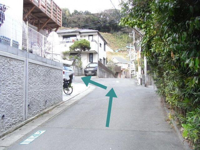【道順3】分かれ道に出たら左折してください。
