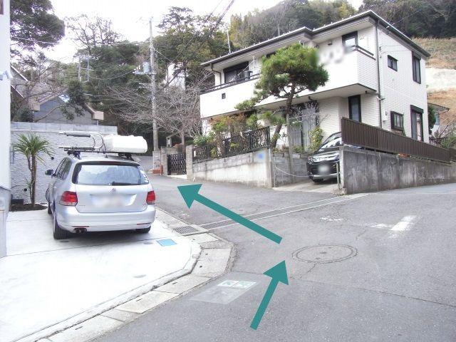 【道順4】こちらの白い住宅を左折してください。
