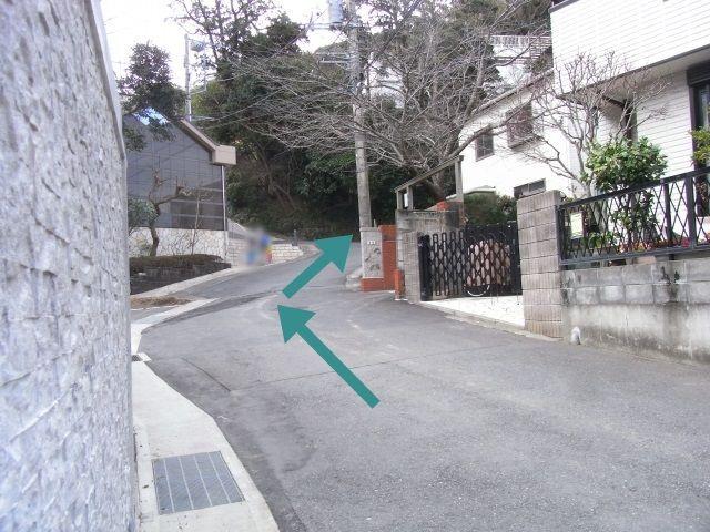 【道順5】道なりに進むとすぐ右側に駐車場が見えます。