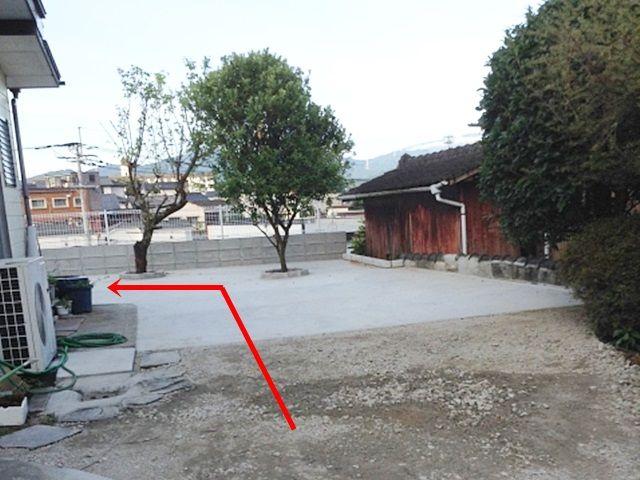 敷地内に入って進み、左側に曲がってください。予約完了後に通知されるスペース写真を参考に駐車してください。
