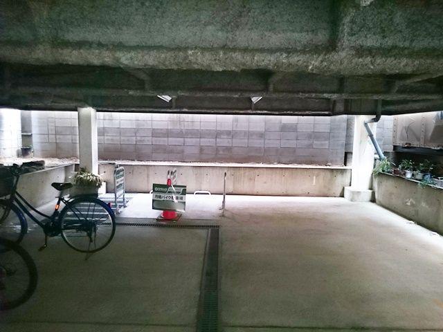 【道順3】駐車場の写真です。ご予約時のスペースに駐車してください。