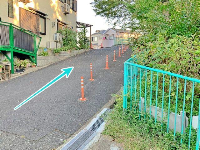 矢印の先、左手が駐車場です