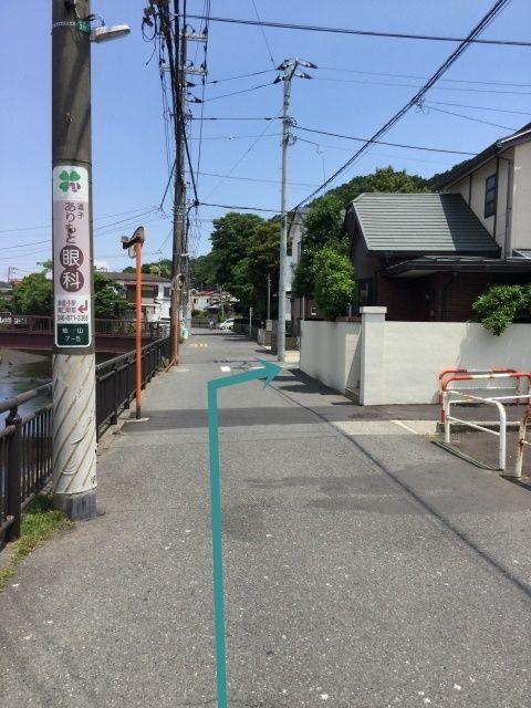 【道順1】左側カーブミラー二本目を右折。 住宅地につき、子供が多いので徐行でお願いします。