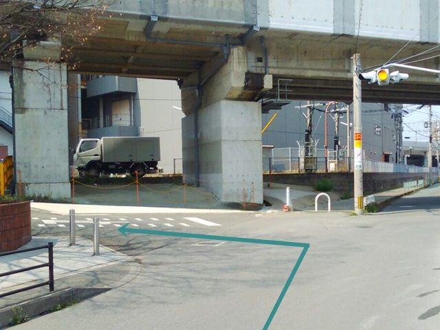 【道順1】「マルショク吉塚駅東店」の「東側」を通り、「一灯点滅式信号機」のある交差点を「左折」してください。