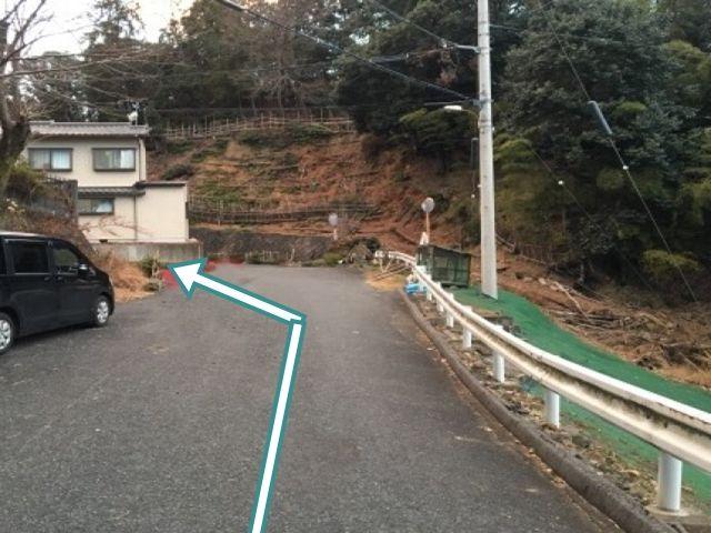 3.右側にゴミ回収ボックスが見えてきます。正面の道を左折して下さい。突き当たり一本手前の道です。