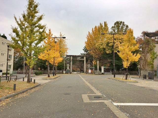 富山市内中心部の富山護国神社と富山大和の間に立地します