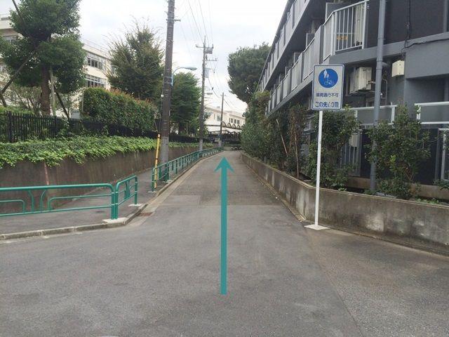 【道順2】道路幅が狭くなりますので、注意して奥へと進んでください。