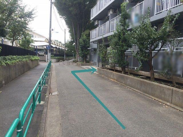 【道順3】50m程進むと、「右手」にご利用駐車場への入り口がございますので「右折」してください。