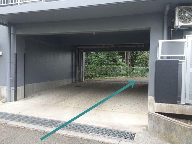 【道順4】「右折」し、こちらの入り口からご利用駐車場へと進んでください。