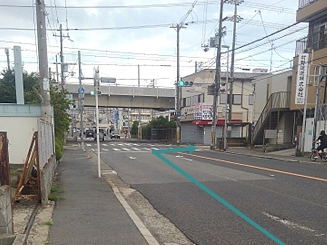 1.長栄寺の信号の手前を右折してください。